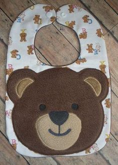 BEAR BIB – OFNAH Baby Boy Bibs, Toddler Bibs, Baby Toys, Baby Sewing Projects, Sewing For Kids, Burp Rags, Burp Cloths, Baby Crafts, Crafts For Kids
