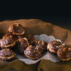 Pączki z wiśniami Najlepsze ciasto drożdżowe, smażone w głębokim tłuszczu, nadziewane przed pieczeniem konfiturą z wiśni.