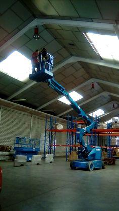 Práctica con plataforma articulada en el curso de Plataformas Elevadoras para MOVIMIENTO POR LA PAZ en nuestras instalaciones de Getafe
