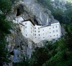 http://www.vocerealmentesabia.com/2013/02/incriveis-construcoes-em-rochas.html  Castelo de Predjama na Eslovênia. A estrutura de defesa de mais de 700 anos, fica encravada na rocha, a 123 metros de altura.