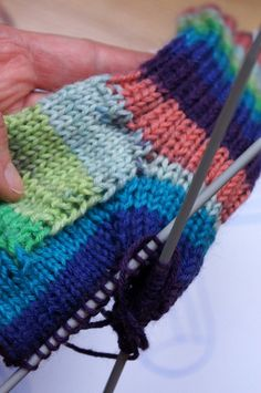7 kroků, díky kterým bude pletení ponožek zábava Knitted Hats, Crochet Hats, Fingerless Gloves, Arm Warmers, Diy And Crafts, Slippers, Homemade, Knitting, Fashion