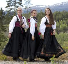 Tre fagre jenter i beltestakk fra Øst-Telemark. Foto: Heidi Fossnes. Magasinet BUNAD