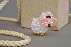 Бисерная фигурка овечки беленькой ручной работы маленькая для декора дома