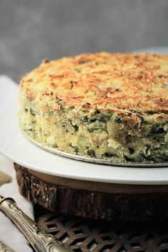 A savory potato and spinach cake, filled with creamy and cheese mashed potatoes with spinach. Cheese Mashed Potatoes, Cheesy Potatoes, Baked Potatoes, Spinach Cake, Potato Cakes, Potato Pie, Cast Iron Recipes, Thing 1, Peeling Potatoes