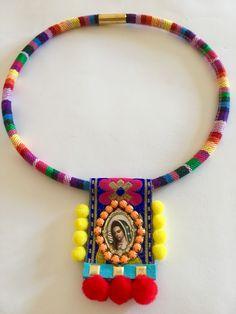 Hecho a mano. Jewelry Crafts, Jewelry Art, Beaded Jewelry, Textile Jewelry, Fabric Jewelry, Fabric Necklace, Diy Necklace, Hippie Boho, Artisan Jewelry