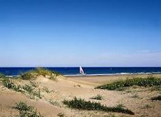 Cuenta con numerosos servicios para personas con movilidad reducida así como para el surf en el verano.