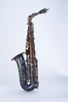 Chateau Alto SaxophoneVintage FinishVAS-500VEProduct Features:VintagefinishRibbed ConstructionBig bell with flower engravingB FlatDescription:The  Chateau's Student Model Line Saxophones are perfect for all level  playersespeciallyyoung learners. The alto produces a warm tone, and  it is easy response.This  beautiful alto saxophone is ribbed construction and comes with vintage  finish body. It has luxuriant flower...