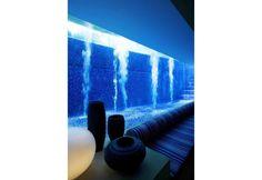 Fresco e riparato, il piccolo salotto posto nel seminterrato di Tangga House, a Singapore, è stato concepito da Guz Architects come uno spazio privato, da cui godere la bellezza della piscina nelle ore più afose del giorno