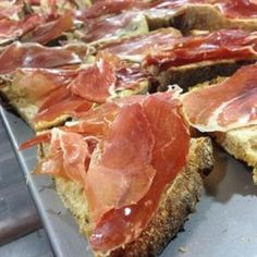 Cured ham, bread and olive oil Whats For Lunch, Portuguese Recipes, Spanish Food, Canapes, Granada, Places To Eat, Deli, Valencia, Olive Oil