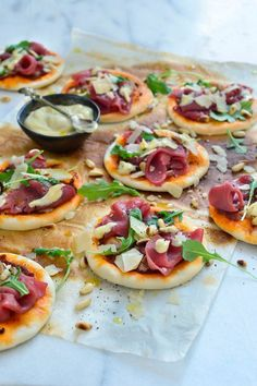 Spinach, Artichoke Sheet Pan Pizza in 2020 Pizza Recipes, Gourmet Recipes, Appetizer Recipes, Healthy Recipes, Appetizers, Bruchetta Recipe, Denmark Food, Mini Pizza, Sandwiches