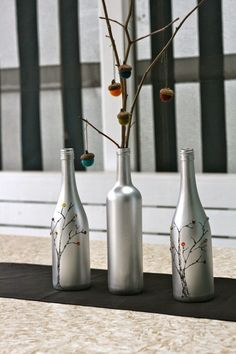 Decorar botellas de cristal, no solo ayuda a reciclar, sino que además uno puede crear extraordinarios objetos de decoración. El como lo...