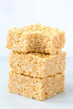 3 Ingredient Peanut Butter Rice Crispy Treats recipe made without marshmallows and without corn syrup! Ready in 5 minutes, they are chewy, gooey and LOADED with peanut butter flavor! Rice Crispy Treats Recipe Peanut Butter, Rice Crispy Treats Healthy, Peanut Butter Rice Crispies, Chocolate Rice Crispy Treats, Healthy Peanut Butter, Vegan Treats, Healthy Sweets, Vegan Foods, Healthy Baking