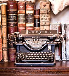 Antique Books And Vintage Typewriter (door Maureen Medina ArtiZenImages Photography)