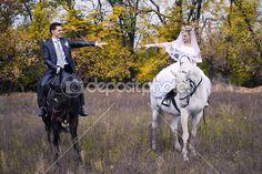 couple nouvellement marié à cheval chevaux noir et blanc — Image #12658439