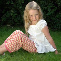 Pige med stumpbukser med zigzagmønster, fra Strikkebogen.dk
