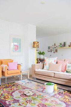 decoração com sofá colorido, poltrona laranja, tapete colorido, decoração candy color