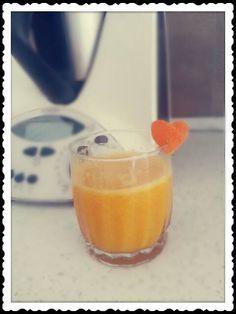 Succo di arancia Bimby, una bibita fresca piena di vitamina C da fare a casa senza zuccheri aggiunti :) Ingredienti: 2/3 arance dolci, qualche cubetto di ghiaccio.