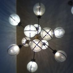 A veces comemos bajo estas impresionantes lámparas... . . . #lamparas #artdeco #restaurantesmadrid #restaurantesconestilo #interiorismo #makkila