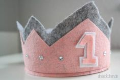 Make DIY birthday crown out of felt for baby& party- DIY Geburtstagskrone aus Filz für Baby's Party basteln Birthday crown + made + felt + DIY + tinker first … - Diy Birthday Crown, Birthday Crafts, Baby Birthday, Birthday Presents, Birthday Decorations, Birthday Parties, Felt Diy, Handmade Felt, Felt Crafts