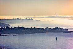 L'estuaire de Vilaine se réveillant dans la brume. On aperçoit la pointe de Pen Lan à Billiers dans le Morbihan (Bretagne)