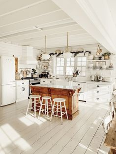 How To Get The Farmhouse Style Kitchen Look. Find out the key elements that make the farmhouse kitchen design so appealing through previous successful projects. Rustic Kitchen Design, Farmhouse Style Kitchen, Interior Design Kitchen, Country Kitchen, Cottage Style Kitchens, Farmhouse Decor, Cottage Kitchen Decor, Craftsman Kitchen, Cottage Farmhouse