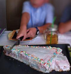 Diesen Schultüten Kuchen für die Einschulung bekommt jeder hin! Schnell u einfach eine Schultüte als Kuchen mit Schritt-für-Schritt-Anleitung zum Nachbacken Tolle Desserts, Cupcakes, New Cake, Great Desserts, Recipe For 4, Cookie Recipes, Diy And Crafts, Food And Drink, Snacks
