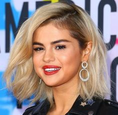 Look coiffure Selena Gomez, 20 novembre 2017