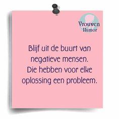 Blijf uit de buurt van negatieve mensen. Die hebben voor elke oplossing een probleem.