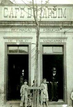 """CAFÉ DO JARDIM - Quando o alfaiate Emílio Mencarini (acima, de chapéu) trocou a Itália pelo Brasil, decidiu também mudar de profissão.Em 1890, ele abriu o Café do Jardim, na avenida Tiradentes, em frente ao parque da Luz. """"Ele tinha uma carrocinha puxada por um burro para entregar o café em pó nos armazéns da cidade"""", conta seu neto Renato Mencarini. A empresa foi rebatizada de Café Jardim."""