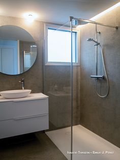 Casa Fun: diseño y funcionalidad para una pareja de hoy Interior Exterior, Bathroom Lighting, Bathtub, Mirror, Furniture, Home Decor, Home, Flat Roof, Off White Walls