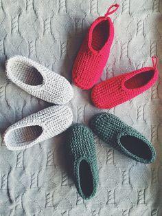 Diy Crafts - Knitted fabric yarn slippers in garter stitch by maniahdma Loom Knitting Patterns, Knitting Designs, Knitting Projects, Crochet Socks, Knitting Socks, Knit Socks, Fabric Yarn, Knitted Fabric, Crochet Chain