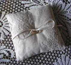 Ring pillows linen with fine lace von HalloVintage auf Etsy