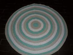 tapeteconfeccionado em croche <br>material utilizado barbante de algodão <br>cores: verde claro,branco e caqui