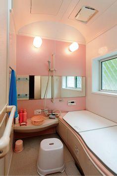 標準の保温浴槽で家族が時間帯を気にせず入浴。