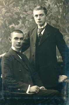 Vintage photographs of gay and lesbian couples and their stories. Couples Vintage, Cute Gay Couples, Couples In Love, Vintage Men, Lesbian Couples, Vintage Clothing, Poses, Charming Man, Babe