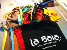 Stampa serigrafica a un colore su bag colorate. soggetto: La Baia