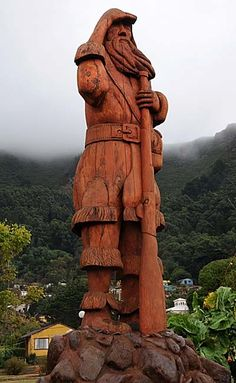 Sailor Alexander Selkirk , who became the prototype of Robinson Crusoe , the hero of the famous book by Daniel Defoe .Wooden statue in Isle Of Robinson Crusoe Pottery Sculpture, Lion Sculpture, Chile, Wooden Statues, Robinson Crusoe, Famous Books, Photo Journal, End Of The World, Lakes