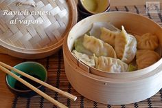 Ravioli cinesi al vapore, una ricetta semplice e sana con carne e verdure e cotta al vapore con vaporiera e foglie di cavolo. Si servono con salsa di soia.