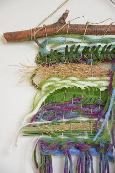 Nature craft idea for kids Weaving Projects, Weaving Art, Loom Weaving, Hand Weaving, Art Fibres Textiles, Textile Fiber Art, Crafts To Make, Crafts For Kids, Arts And Crafts