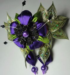 . Love the colors and use of beads with this kanzashi.