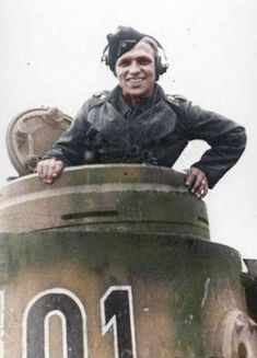 Panzer ace Kurt Knispel in the cupola of his Tiger panzer. Heer Oberfeldwebel,Some say the number one Panzer Ace of all time Otto Carius, German Soldiers Ww2, German Army, Military Photos, Military History, Luftwaffe, Germany Ww2, Tiger Tank, War Photography