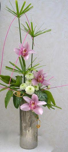 Papyrus ,orchidées, pompons blanc, feuilles de roses de noël et feuilles d'arum sauvage.