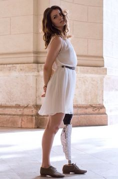This is 1 of 16 photos at a page convincingly illustrating the idea that a prosthesis does not mean you are less beautiful or fashionable. Site is in Dutch language btw.