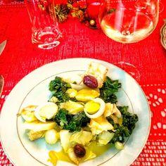 Bacalhau (com couve batata nabo azeitona azeite) acompanhado de um bom vinho verde. Ah as delícias de Portugal! #saudades . Feliz ano novo! . #senhortanquinho #paleo #paleobrasil #primal #lowcarb #lchf #semgluten #semlactose #cetogenica #keto #atkins #dieta #emagrecer #vidalowcarb #paleobr #comidadeverdade #saude #fit #fitness #estilodevida