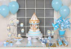 Mesa do bolo da festa do carrossel para bebês