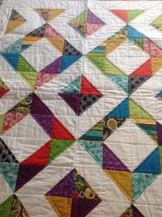 Colchas Quilting, Scrappy Quilt Patterns, Scrappy Quilts, Easy Quilts, Quilting Projects, Quilting Designs, Half Square Triangle Quilts Pattern, Charm Square Quilt, Charm Quilt