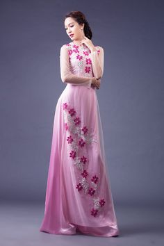These Ao Dai will make you look outstanding and stunning in your special day - wedding day. Each ao dai is made with professional tailors. Vietnamese Traditional Dress, Vietnamese Dress, Traditional Dresses, Kurta Patterns, Dress Patterns, Ao Dai, Girls Dresses, Formal Dresses, Wedding Dresses