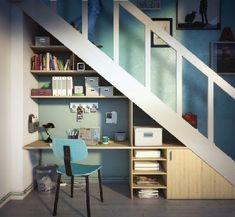 Idée rangement sous escalier avec un bureau