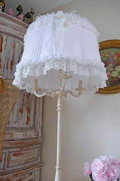 Lampadaire en bronze patiné lin, et son abat-jour shabbychic. Décoration romantique floor lampes shabby chic