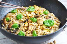 Pad thai med kylling - til to dage Thai Recipes, Asian Recipes, Chicken Recipes, Dinner Recipes, Healthy Recipes, Healthy Food, Dinner This Week, Thai Dishes, Exotic Food